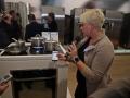 """Diana Diefenbach, Marketing Communication Manager White Goods, erläutert den neuen, vernetzten Einbaubackofen NV73J9 aus der Chef Collection und die Faszination von """"Virtual Flame."""""""