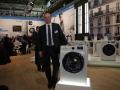 Marten van der Mei, Spartenchef Hausgeräte, sieht in seiner neuen Waschmaschinen-Reihe WW6000 einen echten Knüller.