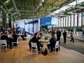 Hanger 6 auf dem alten Berliner Flughafen Tempelhof bildete die Kulisse für Samsungs gigantischen Auftritt SMART/ER/LEBEN. Über 24OO Händler waren vor Ort.