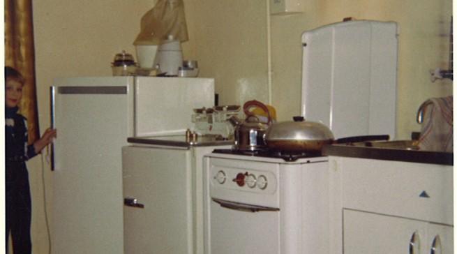 Typische Küche der End-1950er Jahre: aneinandergereihte Funktionsgeräte mit vielen Kanten und Ritzen. Erst die komplette Einbauküche brachte Ruhe und hygienische Sauberkeit. (Bild: AMK)