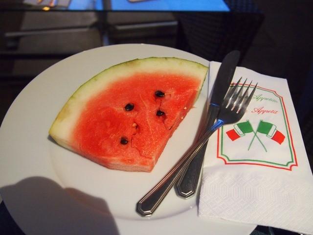 Auch wenn die italienische Mannschaft schon ausgeschieden ist - ein Stück Wassermelone erfrischt bei stundenlangem Mitfiebern. (Bild: Di)