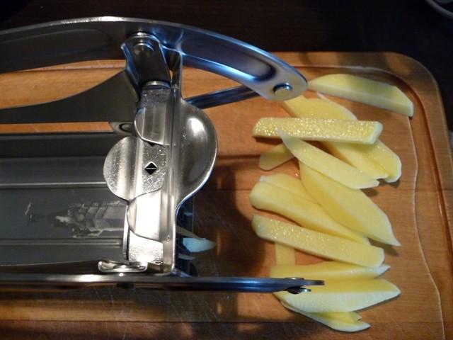 Küchenprofi Pommes Frites Schneider in Aktion (Foto: Dietzler)