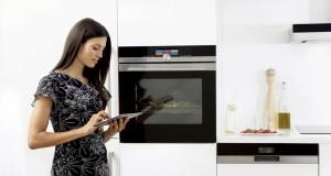 Willkommen in der digitalen Küche auf der LivingKitchen: Der Backofen aus der Baureihe iQ700 von Siemens ist ein vernetzter Allrounder.