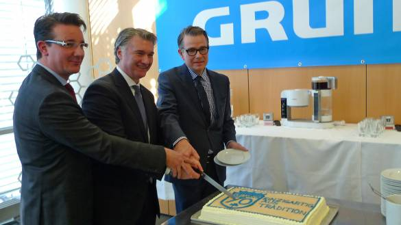 Ran an die Grundig-Jubiläumstorte (v.li.): Danyal Riediger, Horst Nikolaus, Geschäftsführer Vertrieb, und Marketingchef Christian Struck.