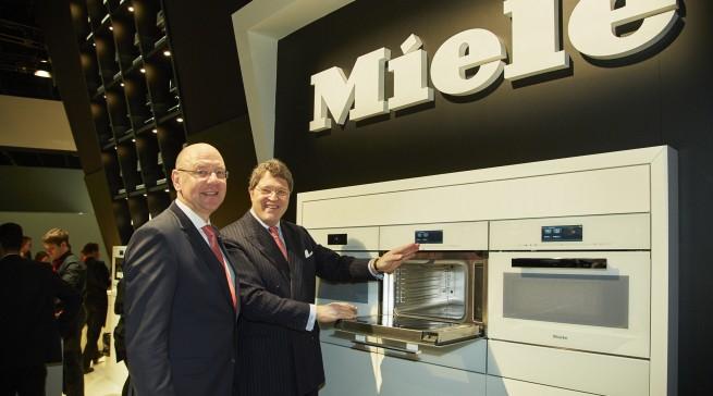 Reinhard Zinkann, Geschäftsführender Gesellschafter und Frank Jüttner, Leiter der deutschen Vertriebsgesellschaft, stellten den neuen Miele-Dampfgarer mit Mikrowelle vor.