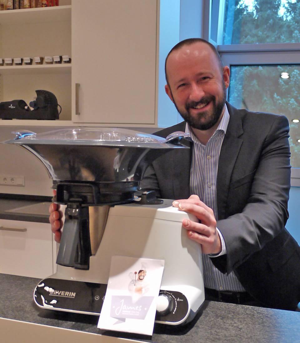 Sascha Steinberg mit der Severin Multifunktions-Küchenmaschine James The Wondermachine