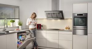 Energiesparen in der Küche geht einfacher als gedacht. Beispielsweise mit einer neuen Geschirrspülmaschine. Denn dass man von Hand günstiger wäscht ist eines der zehn Energiespar-Irrtümer. Foto: AEG