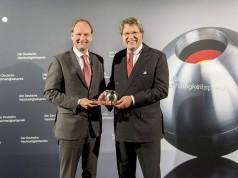 Auch der erst wenige Monate zurückliegende Gewinn des Deutschen Nachhaltigkeitspreises 2014 dürfte sich beim Ranking für Miele bemerkbar gemacht haben. Unser Foto zeigt Markus Miele (li.) und Dr. Reinhard Zinkann.