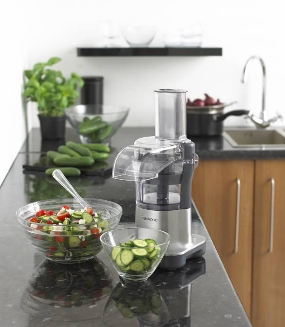 Die Kompaktküchenmaschine Multipro Micro FDM100 von Kenwood vereint Kompaktküchenmaschine und Zerkleinerer platzsparend in einem Gerät.