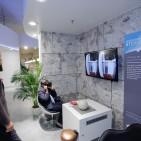 Virtuell an einem anderen Ort: Die aus der Gaming-Branche bekannte Oculus-Brille wird das erste Mal im stationären Handel eingesetzt.