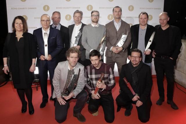 """Lothar Suhl-Persy, Geschäftsführer Media Markt Hamburg-Harburg (zweiter von links), ausgezeichnet als """"Handelspartner des Jahres"""", und die ersten glücklichen Gewinner des ECHO 2015."""