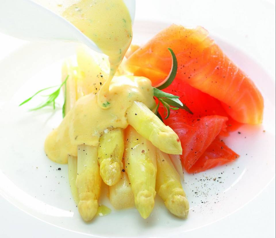 Gedämpfter Spargel mit Orangen-Hollandaise: Mit der Cooking-Chef von Kenwood beinahe ein Kinderspiel.