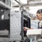 Für 2015 rechnet die BSH mit einem anhaltenden Wachstum des Weltmarkts für Hausgeräte. Im Bild: Die Backofenproduktion bei der BSH in Traunreut.