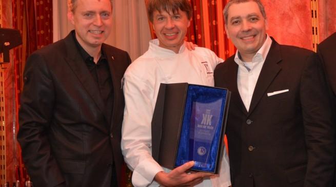 Der Koch der Köche Joachim Wissler freut sich mit den Kollegen Sven Elverfeld (li, 2. Platz) und Christian Bau (re., 3. Platz) über die Auszeichnung.