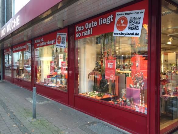 Wer in Düsseldorf-Eller an den Schaufenstern von Walgenbach vorbei geht oder fährt, kann sich den Slogans kaum entziehen. Fotos: Walgenbach