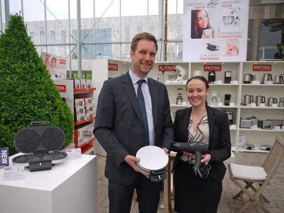 Petra-Geschäftsführer Olaf Fischer und Melanie Bräuninger, zuständig für das Petra-Marketing, präsentieren neue Waffeleisen und geben einen Vorgeschmack auf die Haarpflege-Neuheiten.
