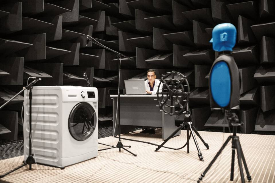 Im F&E-Zentrum von Arçelik A.S in Cambridge wird u.a. die Verringerung des Geräuschpegels von Waschmaschinen erforscht.
