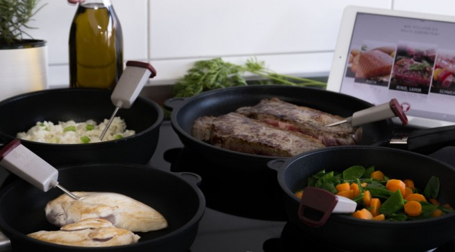 Nichts brennt mehr an oder kocht über: Bei der Kochnavigations-App Cuciniale steuert der Gourmetpilot automatisch die Induktionskochfelder.