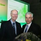Hartmut Haubrich (links), Vorsitzender des EP Verwaltungsrates, bedankt sich bei Vorstand Karl Trautmann für 25 Jahre Einsatz im Unternehmen.