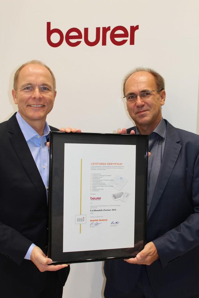 Anfang September übergab René Efler (r.), Chefredakteur markt intern Elektro-Fachhandel, die offizielle Urkunde an Beurer- Geschäftsführer Georg Walkenbach.