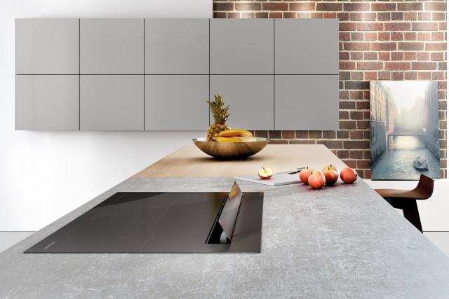 Zu den Highlights der neuen Blaupunkt-Geräte von Häcker Küchen zählen Muldenlüfter mit Induktionskochfeld.