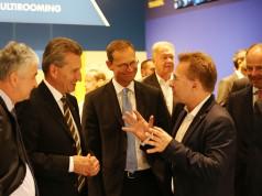 Hoher Besuch bei Euronics auf der IFA: Günther Oettinger, EU-Kommissar für Digitale Wirtschaft und Gesellschaft, und Berlins Regierender Bürgermeister Michael Müller im Gespräch mit Euronics-Vorstandssprecher Benedict Kober.