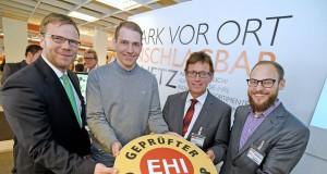 Online-Shop mit bestätigtem Vertrauen: Stefan Paffenholz (EK/servicegroup), Nils Holm (Johannes Zierleyn KG, Nordhorn), Volker Vetter (Nesemann GmbH, Syke) und Julian Wirtler (EHI Retail Institute GmbH).