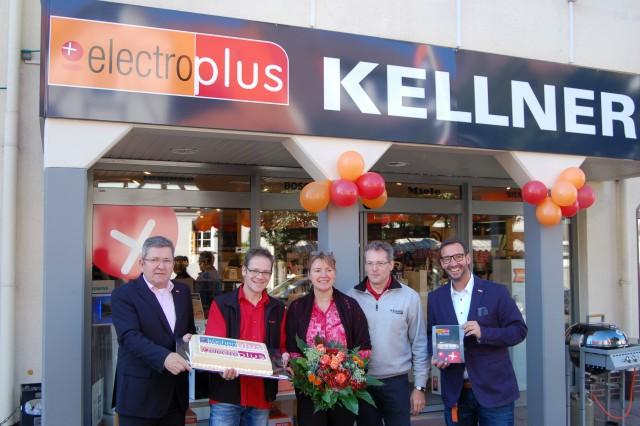 Vor der neuen Fassade strahlen um die Wette (v.li.) Günter Otto (EK-Regionalbetreuer Hausgeräte & Küchen), Klaus Kellner, Petra Kellner, Ulrich Kellner (Inhaber) und Martin Wolf (EK-Vertriebsleiter Hausgeräte).