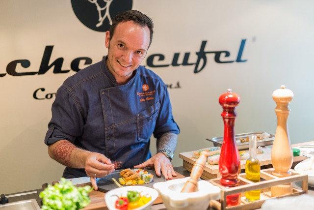 Küchenteufel Götz Beller betreibt seit sechs Jahren seine Kochschule am Münchener Viktualienmarkt.