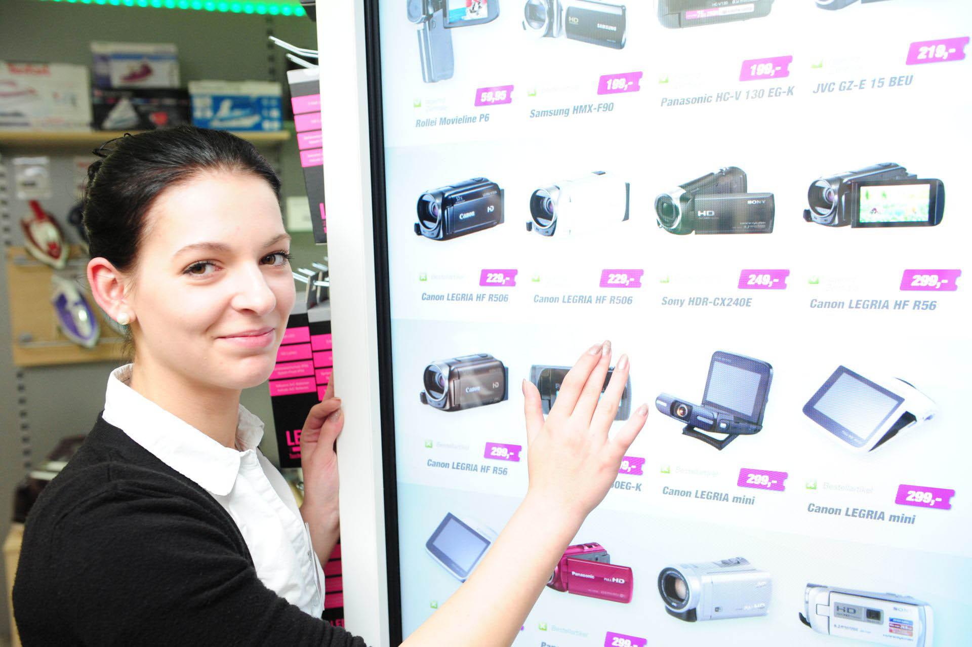 Das Virtual Shelf wird nicht nur von der Auszubildenden Alina Czukta täglich genutzt.