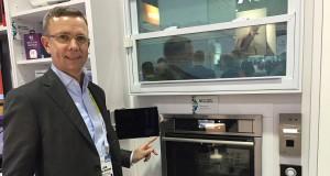 Jan Brockmann, Chief Operations Officer bei Electrolux, stellte auf der CES den vernetzten backofen mit integrierter Kamera vor.
