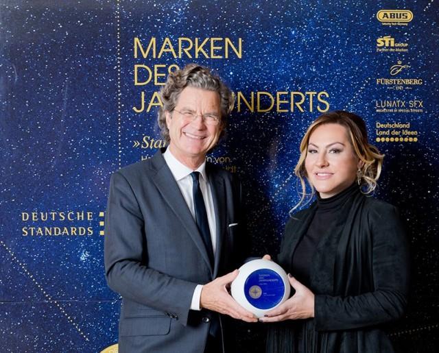 """Bahar Gökdemir, Geschäftsführerin der Fakir Hausgeräte GmbH, nahm aus den Händen von Dr. Florian Langenscheidt die Auszeichnung """"Marke des Jahrhunderts"""" entgegen."""