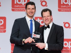 Manuel Teske (li.), HR Business Partner der Leifheit AG, nimmt die Auszeichnung vom CEO des Top Employer Institute, David Plink, entgegen.