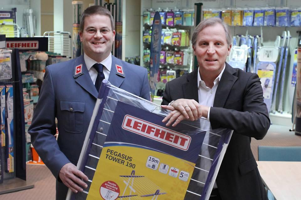 Thomas Radke (rechts) überreicht Ulf Reermann symbolisch einen Wäscheständer.