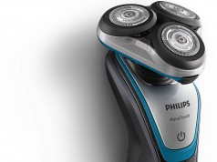 Der Philips Rasierer Serie 5000 AquaTouch Nass- und Trockenrasierer S5400/26