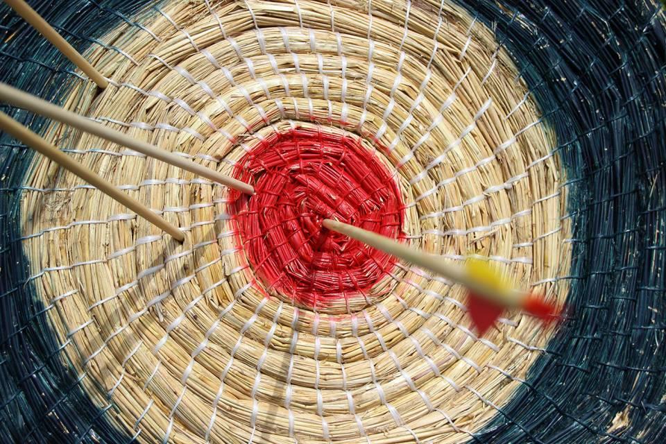 Zielescheibe mit Pfeil und Bogen