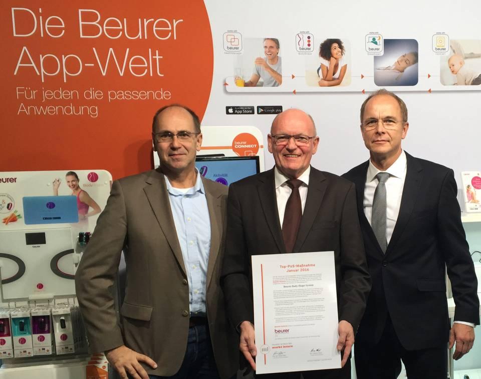 René Efler (l.) übergab die Auszeichnung an Beurer Geschäftsführer Georg Walkenbach (r.) und Vertriebsleiter Berthold Niehoff (M.).