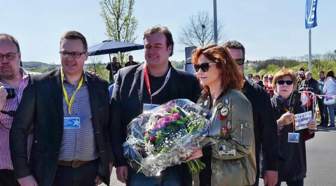 Euronics XXL Geschäftsführer Peter Kurzer (M.)und Marktleiter Marco Langer (li.) begrüßten Andrea Berg.