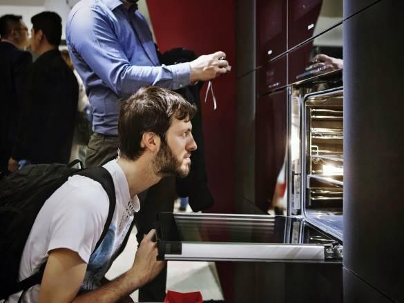 Bei Miele kommen Backöfen künftig ohne Griffe aus: die neue Einbaugeräteserie ArtLine hatte in Mailand Premiere.