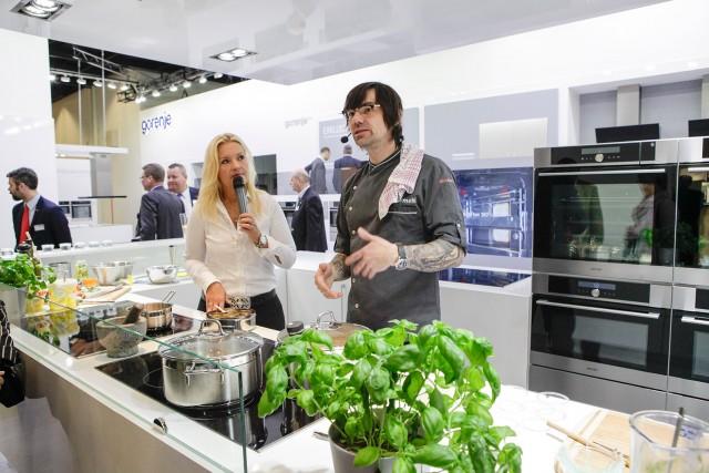 Küchen und Küchentechnik unter einem Dach: Wie hier am Stand von Gorenje übt die Living Kitchen einen besonderen Reiz für Fachbesucher wie Endverbraucher aus. Foto: Kölnmesse