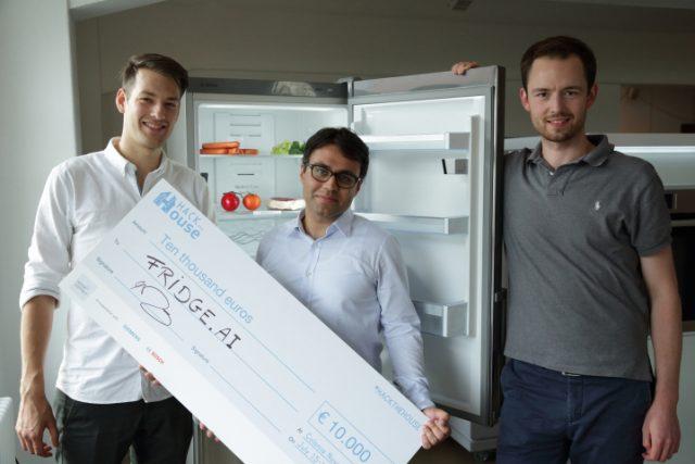 Sprechen mit dem Kühlschrank: Felix Brockherde, Farhad Arbabzadah und Stefan Chmiela (v. l.).