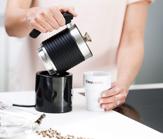 Koenig Milchaufschäumer KMF 5211 bereitet auch heiße Milch zu.