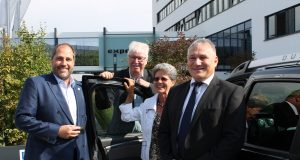 Umsatz gesteigert – Auto gewonnen: Der Hannoveraner Renault/Dacia Partner Carsten Ahrens, Volker Müller, Vorstandsvorsitzender expert AG, Gewinnerin Romy Salm, Gert Taraschonnek, Renault Deutschland AG (v.l.n.r.).