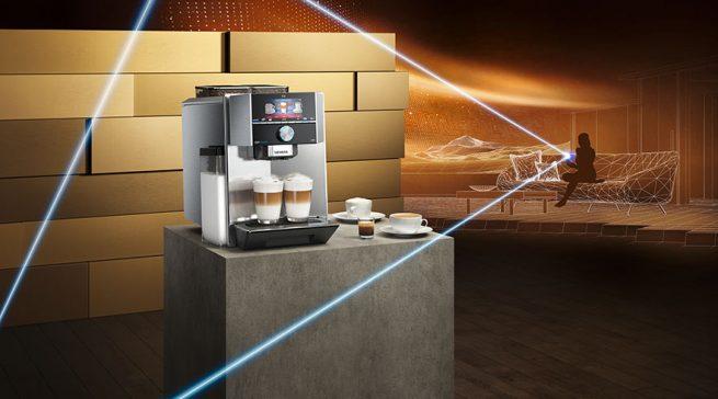 So geht Kaffeegenuss heute: Die EQ.9 connect von Siemens lässt sich per App bequem vom Sofa aus steuern und kann Kaffee-Spezialitäten aus aller Welt.
