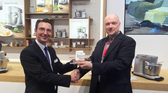 Wolfgang Pauler (Testchef von CHIP) übergibt den Preis für den Hersteller des Jahres an Roland Sommerkamp von Bosch in der Kategorie Küchenmaschinen.