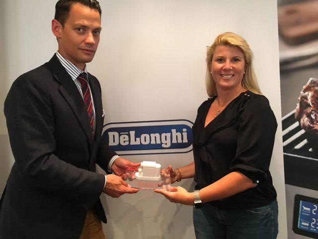 Lisa Brack (Chefredakteurin Test und Kaufberatung bei CHIP) übergibt auf der IFA den Preis für den Hersteller des Jahres in der Kategorie Kaffeevollautomaten an Maximilian Schlüssler von De'Longhi.