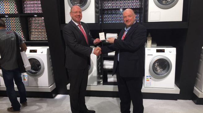 Wolfgang Pauler (CHIP) übergibt den Preis für den Hersteller des Jahres in der Kategorie Waschmaschinen an Frank Jüttner, Chef der Miele Vertriebsgesellschaft Deutschland.
