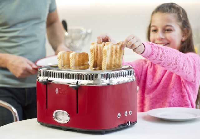 Russell Hobbs Toaster Retro Ribbon Red mit 4 Toast-Schlitzen.