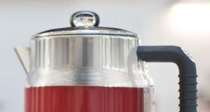 Russell Hobbs Wasserkocher Retro Ribbon Red mit Schnellkochfunktion.