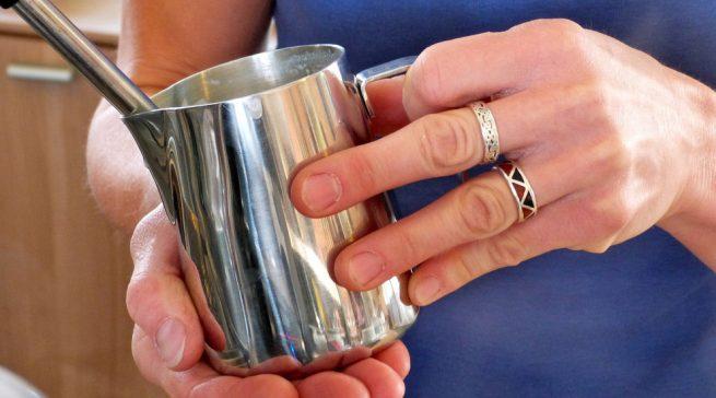 Alle milchleitenden Schläuche und Gefäße sowie der Cappucinatore bedürfen der besonders gründlichen Reinigung. Fotos: Murnauer Kaffeerösterei